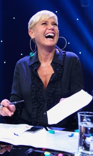 5.mar.2015 - Xuxa aparece sorridente em vários momentos durante a coletiva de imprensa da Record