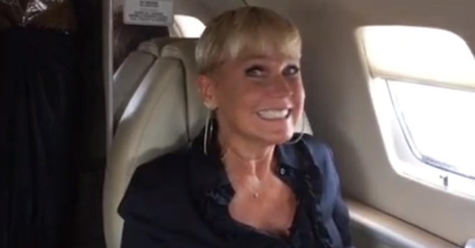 5.mar.2015 - Xuxa faz careta de ansiedade ao chegar em São Paulo
