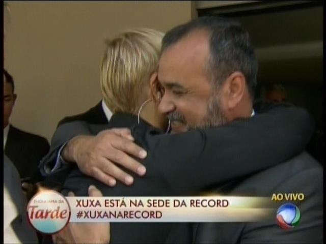 5.mar.2015 - Xuxa ganha abraço de diretor da Record ao chegar na emissora em São Paulo