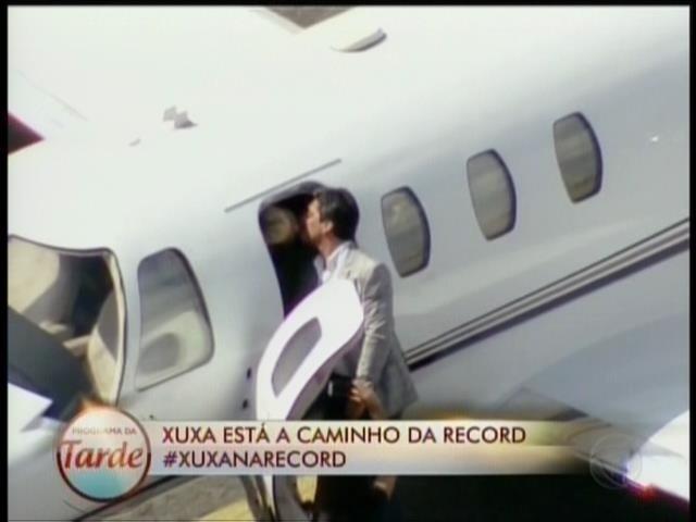 5.mar.2015 - Xuxa ganha um beijo do namorado Junno ao chegar de jatinho em São Paulo