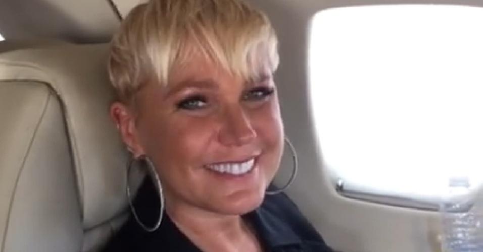 5.mar.2015 - Xuxa grava vídeo enquanto se dirige para a Record em seu avião particular e diz que quer compartilhar felicidade com fãs