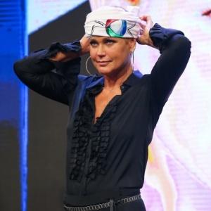 5.mar.2015 - Xuxa providencia bandana com o logo da Record