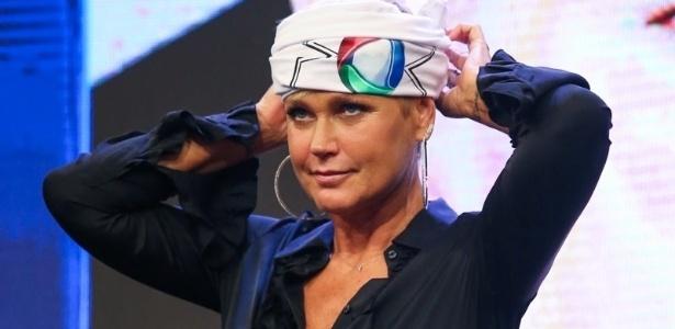 Xuxa usa bandana com a logo da Record ao assinar contrato com a emissora