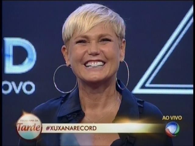 5.mar.2015 - Xuxa sorri ao ser recebida por fãs no estúdio da Record em São Paulo