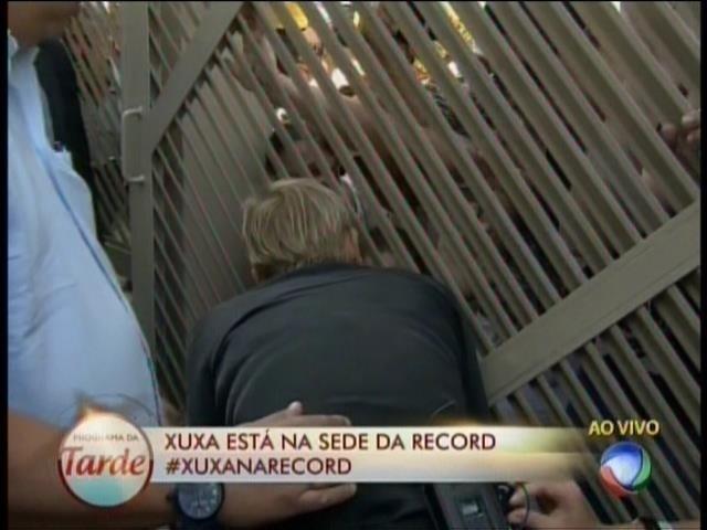 5.mar.2015 - Xuxa vai até o portão da Record conversar com fãs