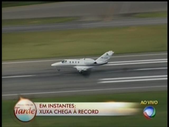 6.mar.2015- Record mostra ao vivo jatinho com a apresentadora Xuxa chegando no aeroporto de Congonhas, em São Paulo