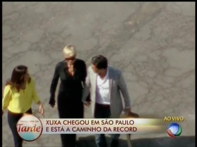 6.mar.2015- Xuxa chega de mãos dadas com o namorado Junno