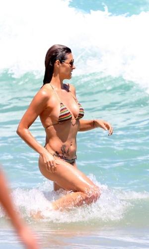 Fernanda Lima mergulha na praia do Leblon