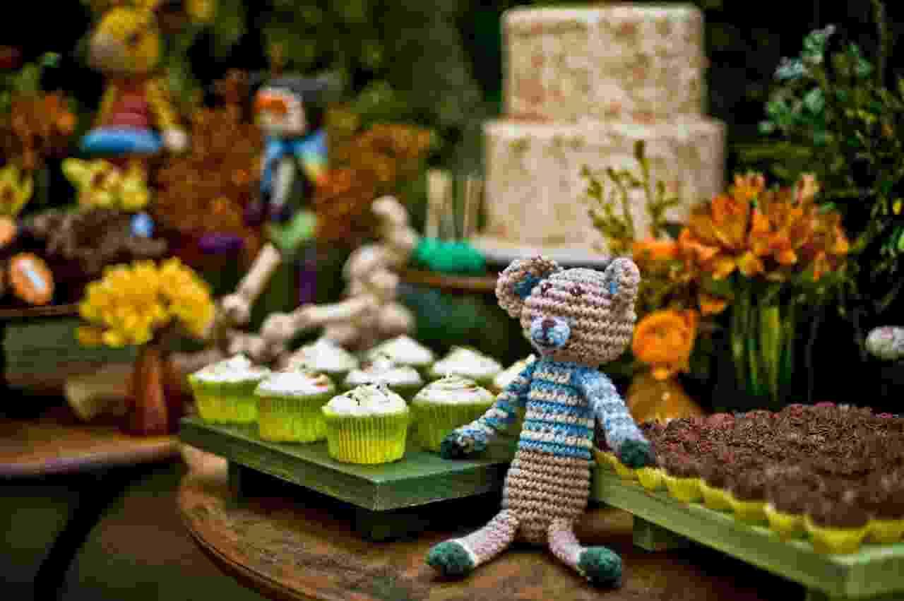 Para reforçar o tema do aniversário, uma floresta em crochê, a mesa do bolo foi montada na frente de um paredão repleto de plantas. Feito por Bruna Gauss (www.facebook.com/pages/Bruna-Gauss-Arte-em-Açúcar), o bolo era um pão-de-ló com recheio de doce de leite, abacaxi e coco. A cobertura era de marshmallow com coco queimado - Renata e Yuri Fotografia/Divulgação