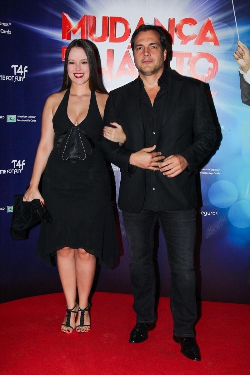 5.mar.2015 - Daniel Boaventura é acompanhado pela namorada, Maria Netto, na pré-estreia para convidados do espetáculo
