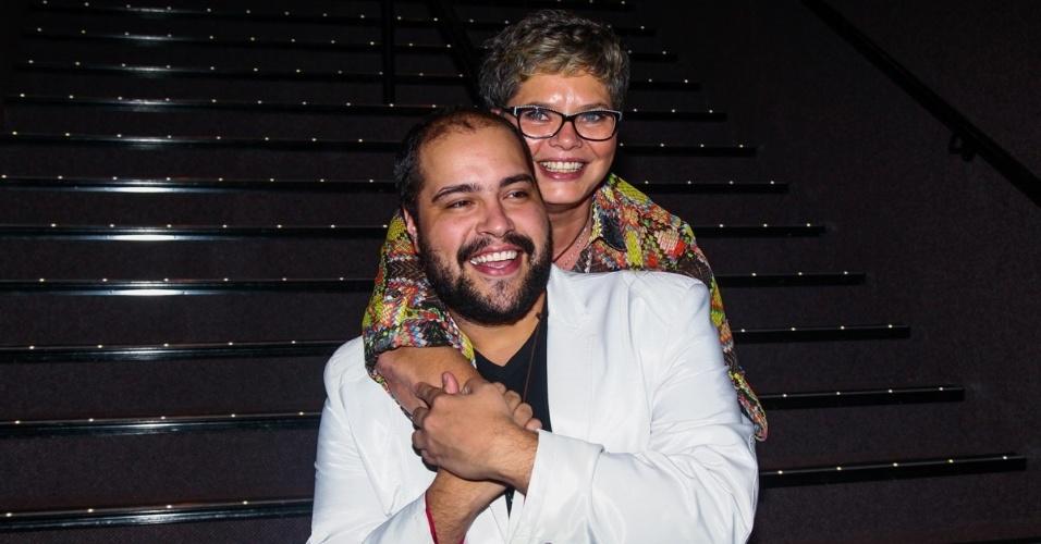 5.mar.2015 - Tiago Abravanel recebe o carinho da mãe, Cinthia Abravanel na pré-estreia para convidados do espetáculo
