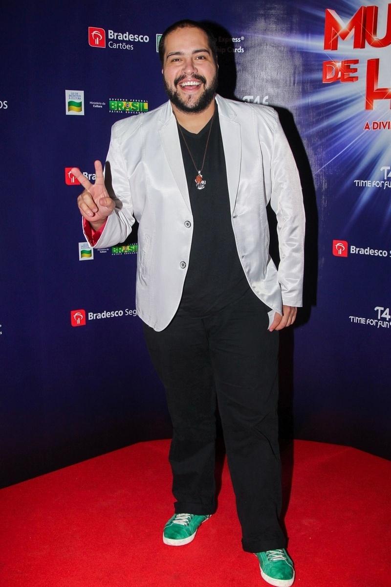 5.mar.2015 - Tiago Abravanel se diverte no tapete vermelho da pré-estreia para convidados do espetáculo