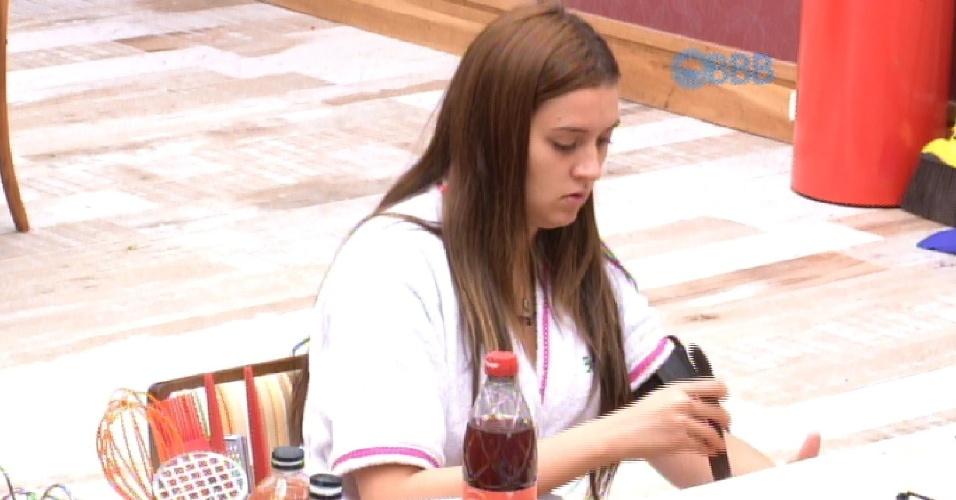 "6.mar.2015 - A líder Amanda foi o tema da conversa de Rafael e Tamires, enquanto ambos preparam o almoço desta sexta-feira, no ""BBB15""."
