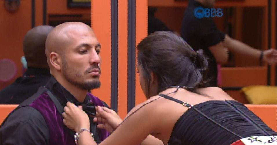 6.mar.2015 - Amanda ajuda Fernando a se vestir