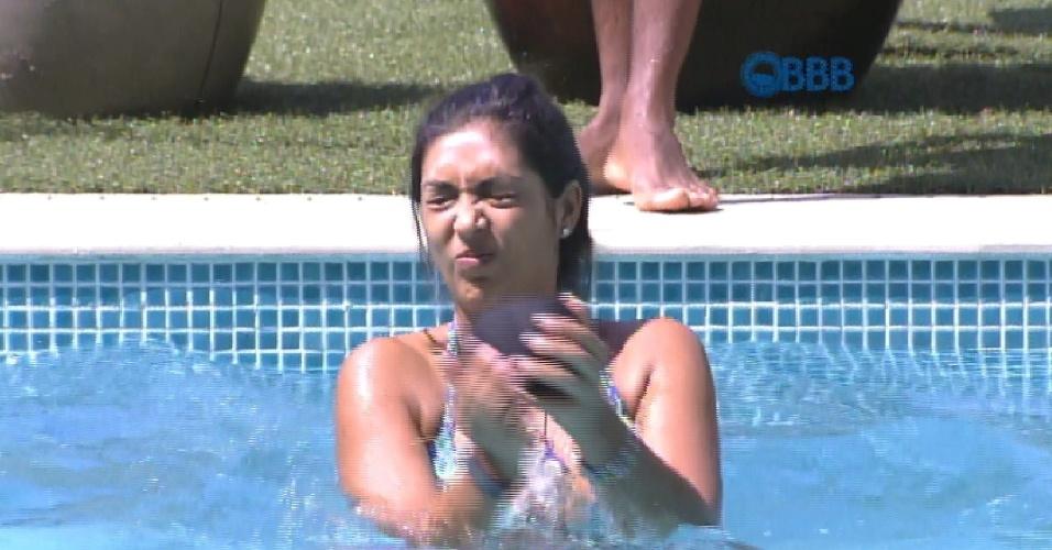6.mar.2015 - Amanda, Fernando e Cézar jogam bola na piscina, na tarde desta sexta-feira no