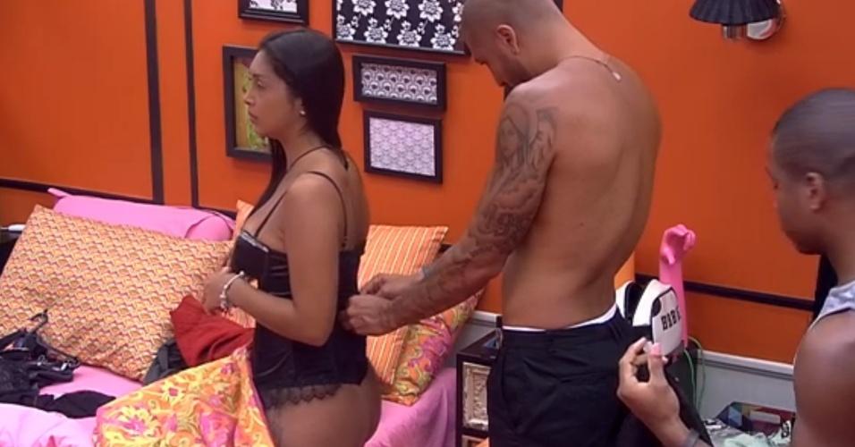 6.mar.2015 - Amanda recebe ajuda de Fernando para se arrumar