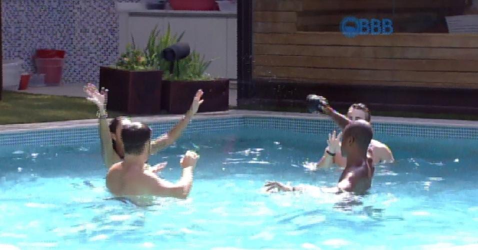 6.mar.2015 - Brothers jogam bola na piscina da casa, na tarde desta sexta-feira no