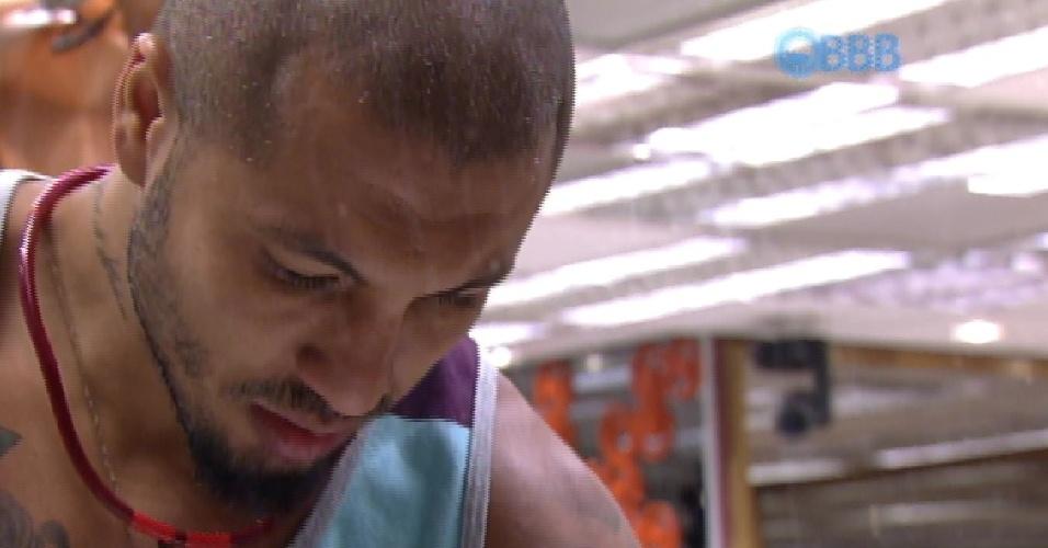 6.mar.2015 - Fernando reclama do comportamento de Luan