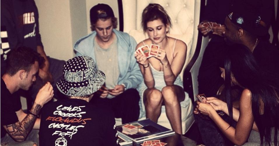 6.mar.2015 - Justin Bieber se diverte com amigos jogando cartas de baralho e mostra no Instagram, na madrugada desta sexta-feira