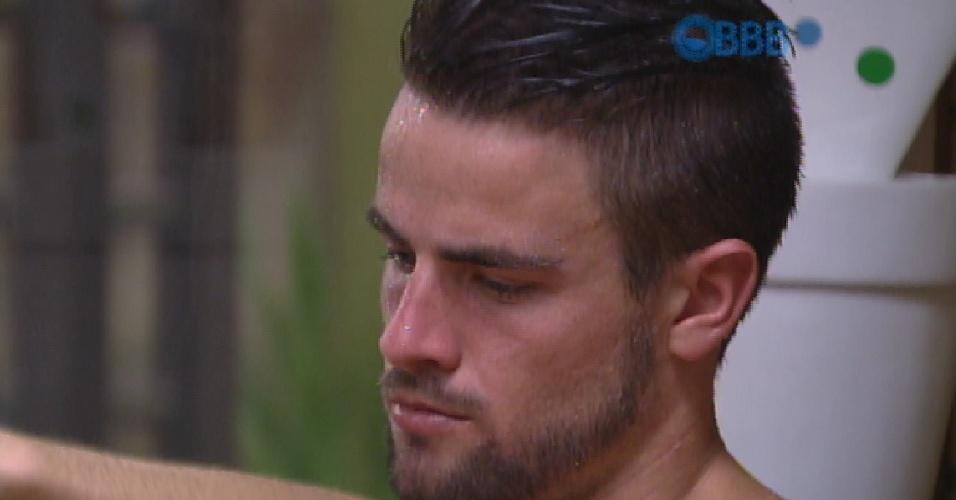 6.mar.2015 - Sozinha na sauna, Rafael canta música para Talita