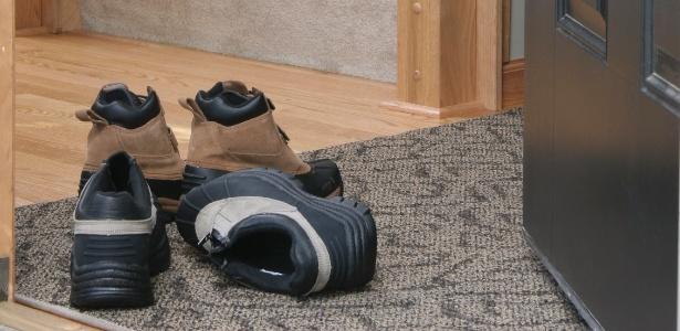 2983864d1c Tirar os sapatos para entrar em casa protege contra doenças? - 17/02 ...