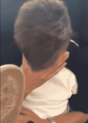 Reprodução do vídeo da mãe dando chineladas no filho, que teria filmado uma relação sexual com a ex-namorada - Reprodução