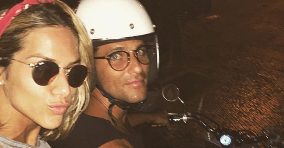 6.mar.2015 - Giovanna Ewbank sobe na garupa da moto do marido, Bruno Gagliasso, e o casal faz um passeio noturno nesta sexta-feira. A atriz postou o momento do casal em seu Instagram