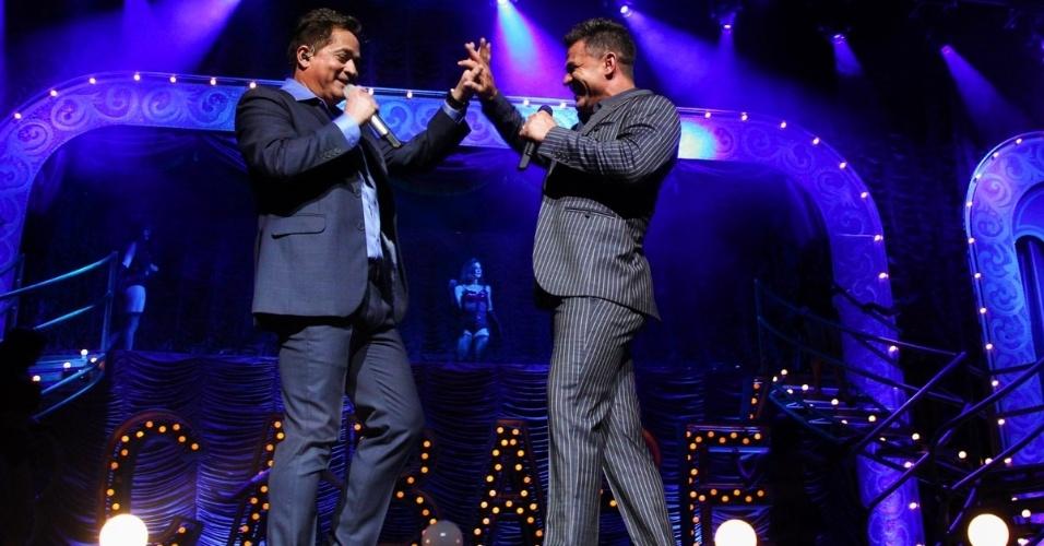 6.mar.2015 - Leonardo e Eduardo Costa se unem no palco do Citibank Hall, na zona sul de São Paulo, com a turnê do DVD
