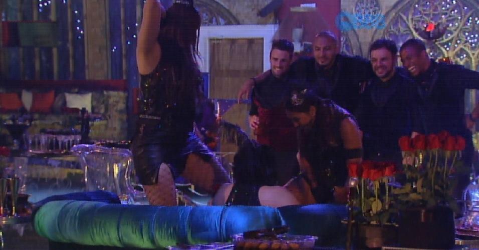 7.mar.2015 - Amanda e Tamires dançam para Mariza no sofá da festa enquanto os brothers da casa assistem à performance