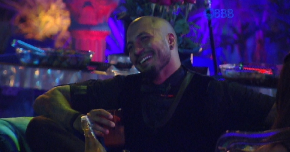 7.mar.2015 - Brothers pedem mais bebida para a produção do programa. Após o pedido ser atendido, Fernando busca as bebidas na despensa e volta para a festa