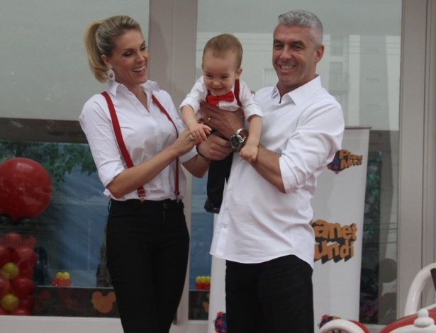 7.mar.2015 - Com o marido, Alexandre Correa, a apresentadora Ana Hickmann comemora o primeiro aniversário do filho Alexandre em bufê em Moema, São Paulo