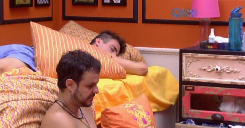 """7.mar.2015 - Em conversa com os brothers no quarto laranja, Fernando pergunta. """"Alguém já saiu grávida do """"Big Brother""""?"""". Rafael, prontamente, responde"""