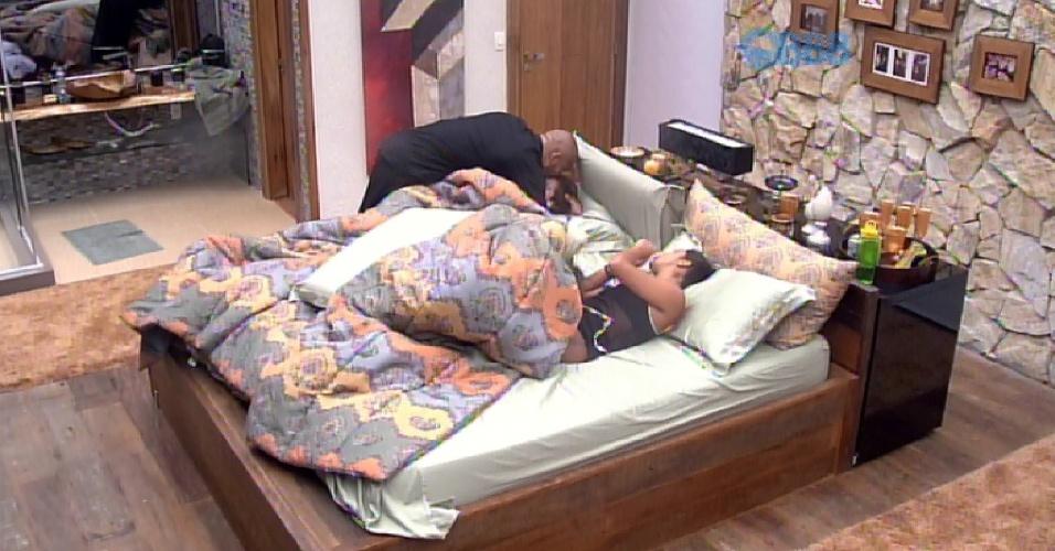 7.mar.2015 - Fernando levou Tamires e Amanda até o quarto do líder e colocou as duas para dormir. Tamires ganhou um beijo e um abraço de boa noite