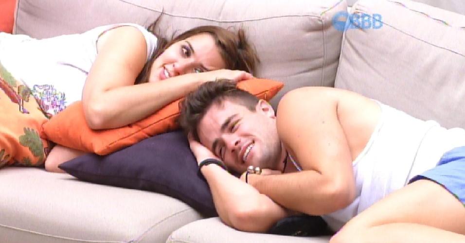 7.mar.2015 - Rafael e Tamires, que quase se beijaram durante a festa que começou na sexta, ficam deitados no sofá, aguardando o início da prova do anjo, da qual não poderão participar.