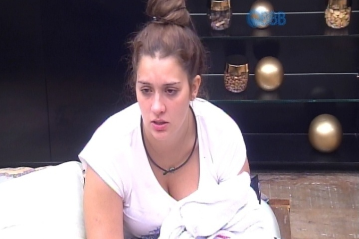 7.mar.2015 - Tamires não para de chorar por causa do porre que tomou na festa Magia, na sexta-feira (6), e depois de saber que flertou com Rafael