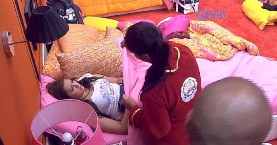 """7.mar.2015 - Tamires precisa da ajuda de Amanda para trocar de roupa na manhã deste sábado, no """"BBB15"""". A sister bebeu demais na noite passada, e quase beijou Rafael."""