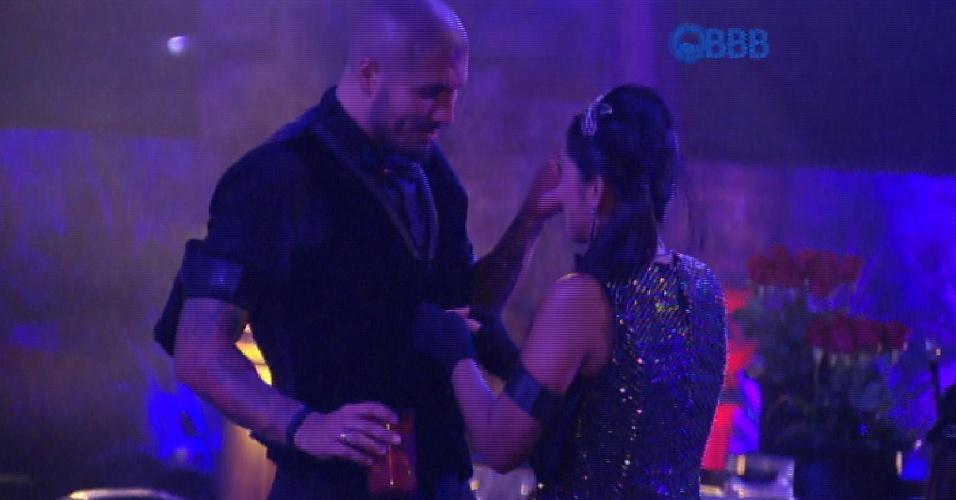 """7.mar.2015 - Amanda ajuda a ajeitar a roupa de Fernando e tem dificuldades com as mãos. Ela pergunta se pode contar uma piada e dispara: """"Sou melhor com a boca"""""""