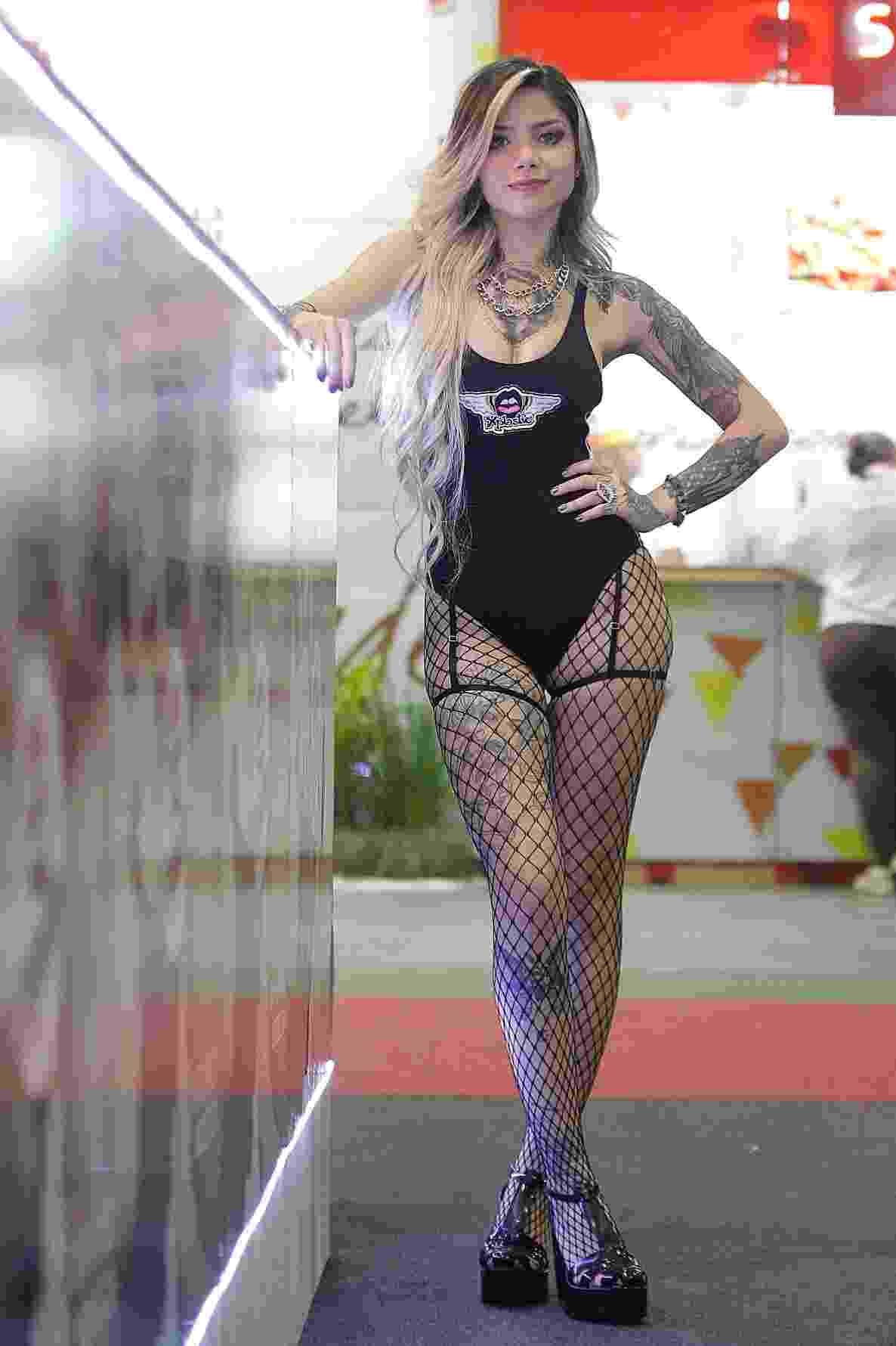 """""""Sexo anal é dolorido, mas pode ser bom. O homem precisa saber fazer e ter paciência. E é possível a mulher ter prazer com esse tipo de penetração, principalmente se ela for feita depois de muitos outros estímulos"""", Raíssa Mattos, 19, modelo. A Erótika Fair acontece entre os dias 6 e 8 de março de 2015, no Imigrantes Exhibition & Convention Center, em São Paulo - Reinaldo Canato/UOL"""