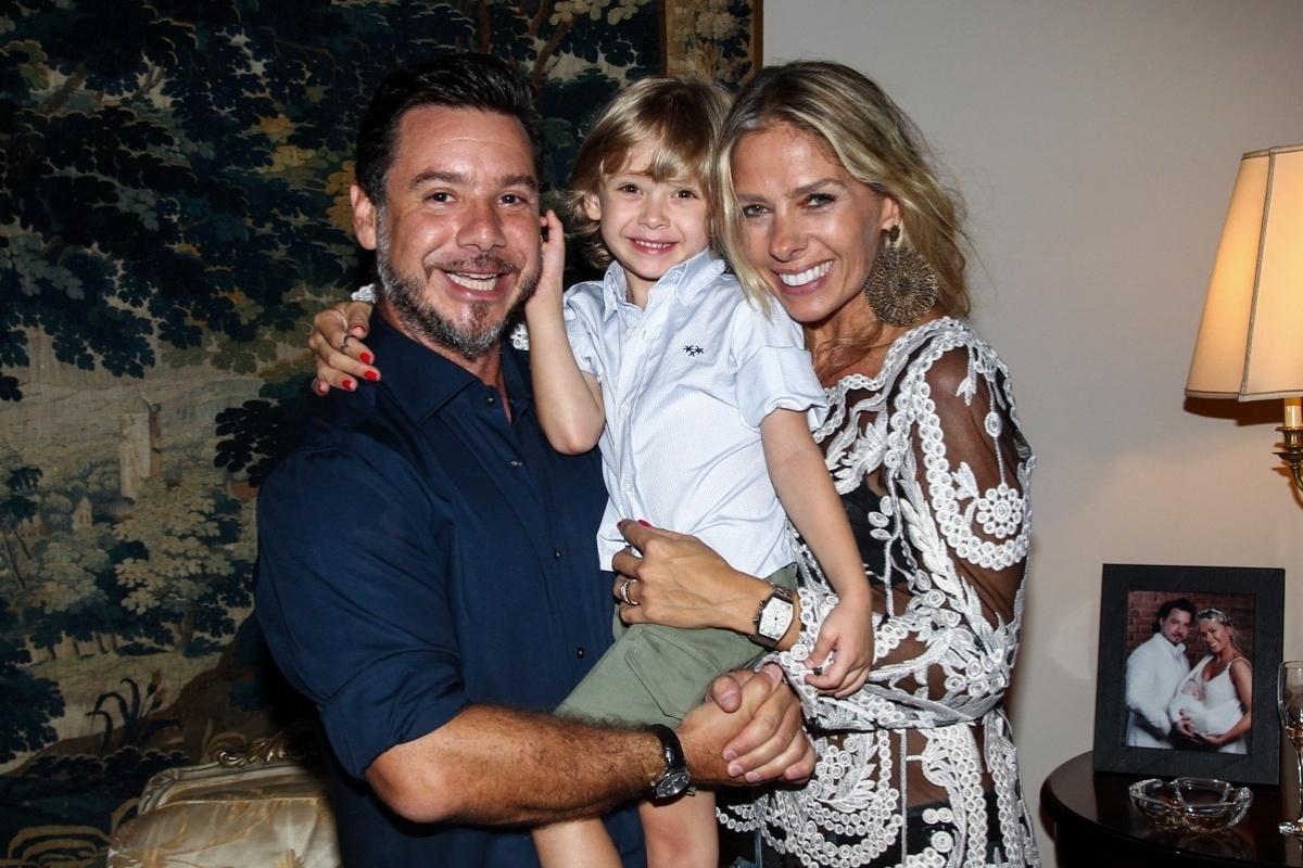 07.mar.2014 - Adriane Galisteu posou para fotos ao lado do marido e do filho do casal Vittorio
