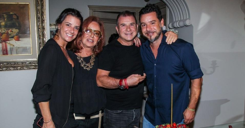 07.mar.2014 - Alexandre Iódice com os pais Suely e Valdemar e com a irmã Camila