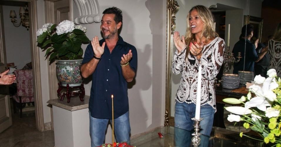 07.mar.2014 - O empresário completou 44 anos e a festa ocorreu no apartamento dos pais dele, o estilista Valdemar Iódice e Suely Iódice, em Pinheiros, São Paulo