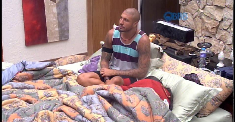 8.mar.2015 - Amanda chora no quarto do líder e Fernando a consola