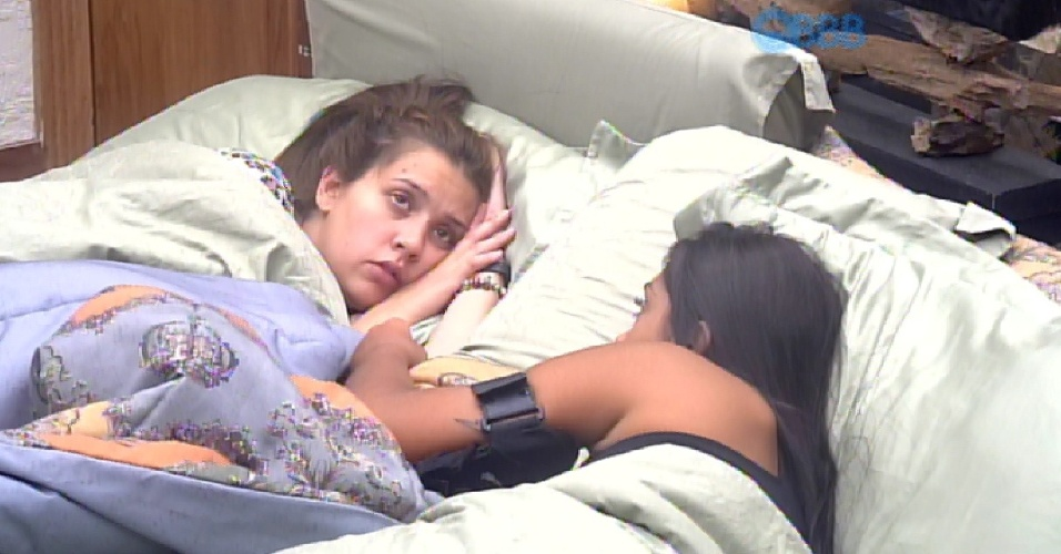 """8.mar.2015 - Amanda confessa para Tamires, na tarde deste domingo, que ainda está interessada em Fernando. """"Eu menti dizendo que não gostava"""", diz a sister, chorando. Tamires tenta consolar a amiga, dizendo que ela fez isso por um motivo nobre"""