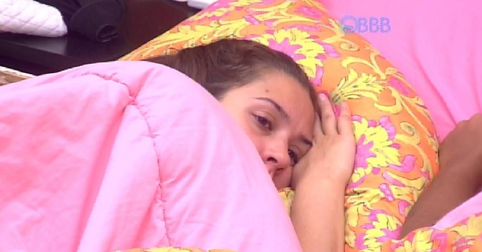 8.mar.2015 - Após Tamires ficar mais tempo do que o normal no confessionário, ela vai para o quarto laranja e se deita com Amanda. As duas se olham, mas não falam nada.