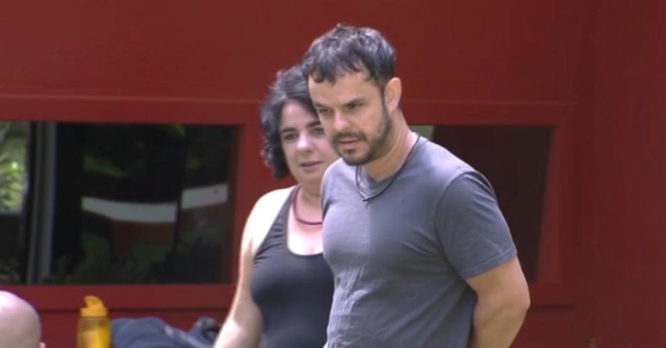 8.mar.2015 - Na parte externa da casa, Adrilles desabafa com Mariza e Fernando, dizendo que não está gostando de alguns comentários de Cézar com relação a Tamires.