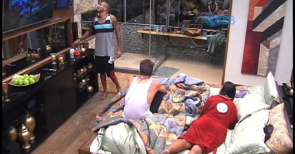 8.mar.2015 - Rafael também vai até o quarto do líder consolar Amanda