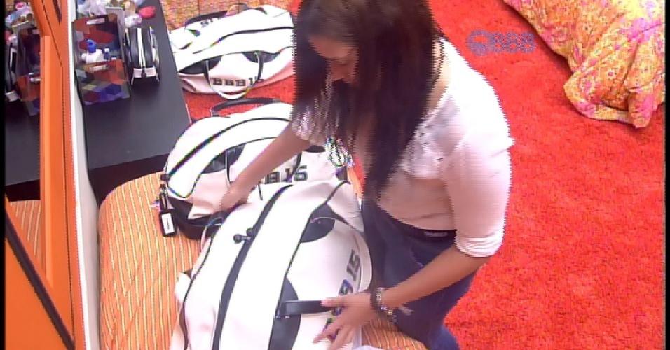 "8.mar.2015 - Tamires arruma as malas para deixar ""BBB15"""