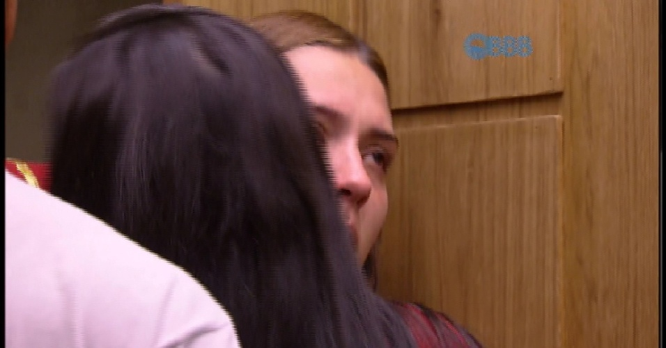 8.mar.2015 - Tamires se despede de Amanda e dos outros brothers e entra no confessionário com as malas