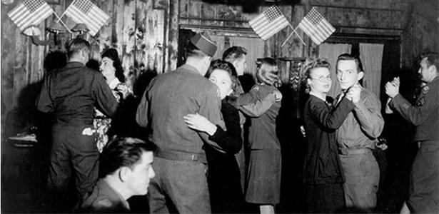 Alemãs dançam com soldados americanos no pós-guerra - Picture Alliance - DPA/ DW