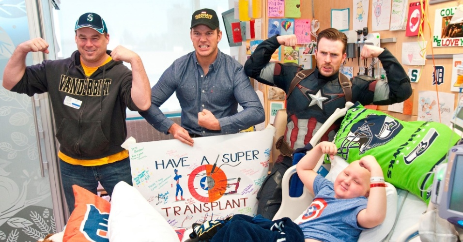 Chris Pratt e Chris Evans visitam hospital infantil de Seattle